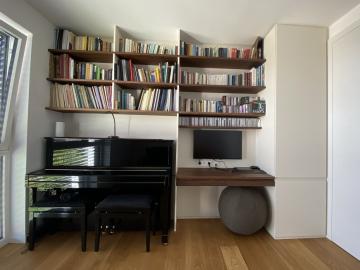 Arbeitszimmer Boarde und Wandtisch Nussbaum massiv, Laden Grifffräsung Hochschrank weiß lackiert mit Grifffräsung