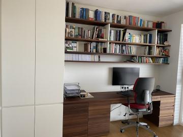Büromöbel Boarde und Schreibtisch Nussbaum massiv, Laden Grifffräsung Hochschrank weiß lackiert, Grifffräsung