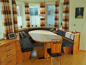 Erkerbank in Zirbe massiv, geölt  Sitz und Lehne mit Stofftapezierung Tischplatte in Ahorn massiv