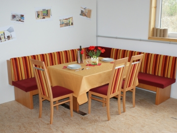 Speisegruppe in Ahorn massiv mit Sitz und Lehnentapezierung