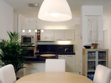 Wohnküche weiß lackiert mit Essbereich