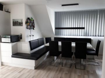Moderne Truhen-Eckbank, weiß Hochglanz mit schwarzem Leder. Tischplatte aus Dekton