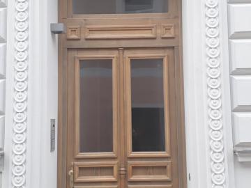 Hauseingangstüre für denkmalgeschütztes Gebäude mit profilierten Glas- und Füllungsleisten nachgebaut lt. Bestand