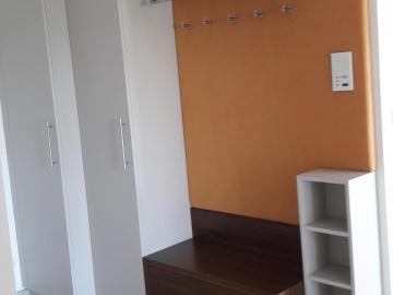 Vorzimmer Front und Sichtseiten aus Senosanplatte mit Möbelrohr, Fachböden für Schuhe, Sitzbank mit Auszugslade und Hutablage in Nuss massiv, Oberfläche matt lackiert, Edelstahlbügel, Mantelhaken