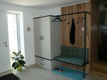 Garderobenschrank matt lackiert. Garderobe mit Sitzbank, Konstruktion aus Rohstahl.