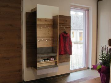 Wandgarderobe Wildeiche furniert mit Spiegel, Ablage, Kleiderstange und verstellbaren Haken.