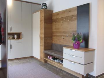 Vorzimmermöbel Wildeiche furniert, kombiniert mit Schleiflackoberfläche.
