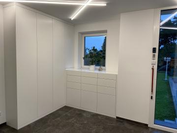Vorzimmermöbel, grifflose Ausführung mit Tip-on Technik, Oberfläche Schleiflack-Oberfläche, sichtbare Ecken auf Gehrung gearbeitet.