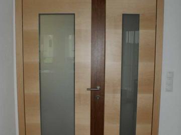 2-flügelige Querfurnierte Ahorntüre mit Glaseinsätzen