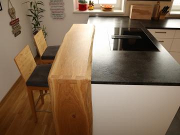Küche mit Frühstücksbar in Asteiche massiv, Arbeitsplatte Granit geledert, Induktions-Muldenlüfter