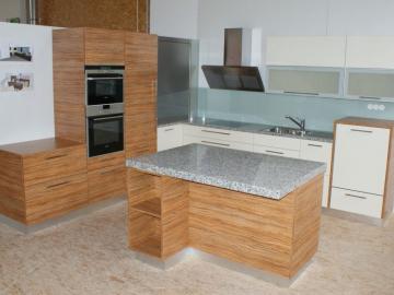 Küche aus Dekorspanplatte mit Granit-Arbeitsplatte und Rolloschrank