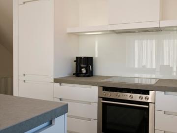 Küche in Schleiflackausführung weiß mit Granitplatte
