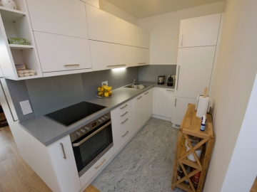 Küche mit Kunststoff-Fronten und Kunststoff-Arbeitsplatte