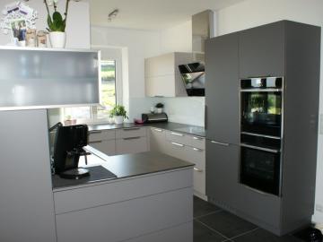 Einbauküche mit Senosan-Front TopMatt, Arbeitsplatte aus Compactplatte mit eingefräster Spüle, Glasrückwand, Griffleiste