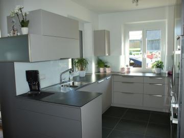 Einbauküche mit Senosan Front TopMatt, Arbeitsplatte aus Compactplatte mit eingefräster Spüle, Glasrückwand, Griffleiste