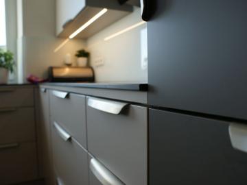Einbauküche mit Senosanfront TopMatt, Arbeitsplatte aus Compactplatte mit eingefräster Spüle, Glasrückwand, Griffleiste
