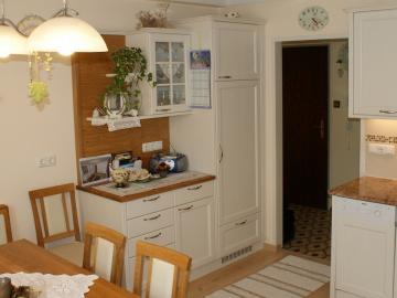 Wohnküche Landhaus-Stil in Fichte gebürstet, weiß lackiert mit Rahmenfront