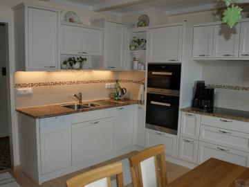 Wohnküche Landhausstil in Fichte gebürstet, weiß lackiert mit Rahmenfront und Granitarbeitsplatte
