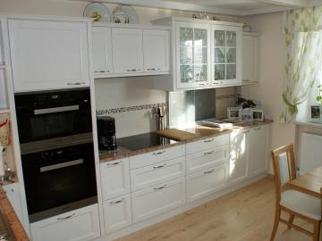 Küche Landhaus in Fichte gebürstet, weiß lackiert mit Rahmenfront mit Glasfüllung