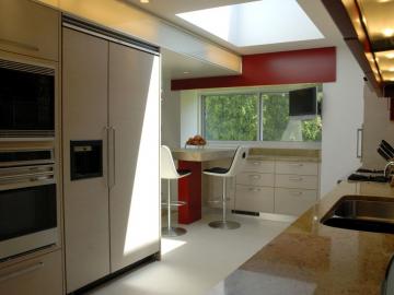 Küche in Eiche gekalkt, kombiniert mit Lackoberfläche und Granitarbeitsplatte