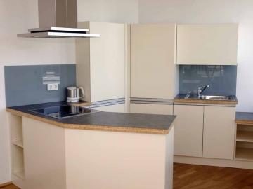 Küche mit Kunststoff-Fronten und Glasrückwand