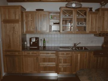 Landhausküche in Erle mit massiver Rahmenfront und Raumteiler