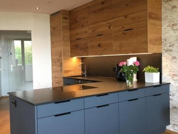 Küche matt lackiert mit Anti-Fingerprint-Beschichtung kombiniert mit Crackeiche, Arbeitsplatte und Rückwand Granit geledert