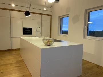 Küche mit Kochinsel, Schleiflackoberfläche, Arbeitsplatte aus Dekton, integriertes BORA-System