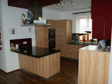 Küche aus Dekorspanplatte mit Granit-Arbeitsplatte, Lackglasrückwand, Kücheninsel