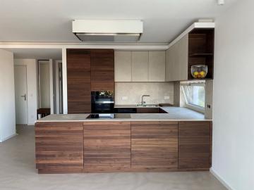 Moderne Küche Nussbaum massiv mit Grifffräsung, Fronten von Oberschränken mit Keramik beklebt