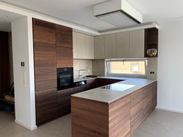 Einbauküche Front und Sichtseiten Nussbaum massiv mit Grifffräsung, Arbeitsplatte und Küchenrückwand Keramik