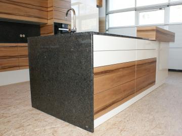 Küche mit Kochinsel und Granit-Arbeitsplatte