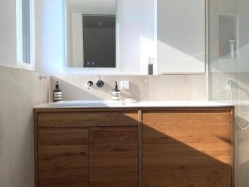 Waschtischunterschrank aus Wildeiche massiv, Oberschrank weiß lackiert, WT-Platte aus Acrylstein
