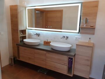 Badezimmermöbel mit Kunststoffoberfläche, Aufsatzwaschbecken, Spiegel mit integrierter Beleuchtung