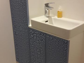 WC Schrank mit Reißlackfront und Aufsatzwaschbecken
