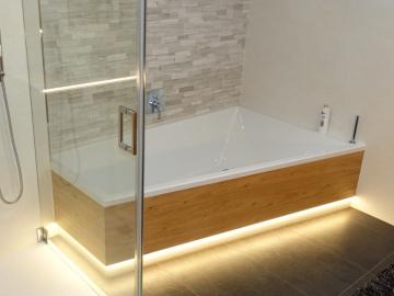 Badewannenverkleidung aus Wildeiche mit integrierter LED-Beleuchtung