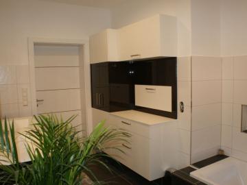 Badezimmerschrank mit integrierter Wäscheklappe