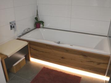 Badewanne mit Holzverkleidung Altholz Eiche, Sitzbank mit Schublade und gepolsterten Ledersitz