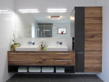 Badezimmermöbel mit Altholz Eiche Fronten komb. mit Farbpigmentlack, Waschtischplatte aus Kunststoff Exterior mit Aufsatzwaschbecken