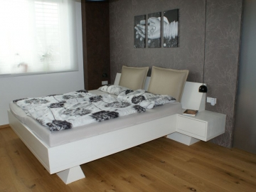 Doppelbett mit Lehnenpolster weiß lackiert