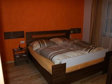 Doppelbett in Nuss furniert
