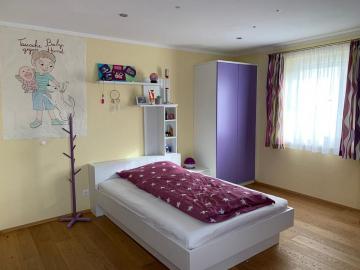 Jugendbett weiß lackiert, moderner zweifarbiger Schrank, indirekte LED-Rückwandbeleuchtung