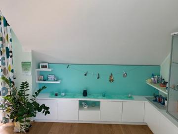 Kinderzimmermöbel weiß lackiert mit farbigen Rückwandelementen, indirekte LED-Rückwandbeleuchtung, grifflose Ausführung mit TIP-ON Beschlägen