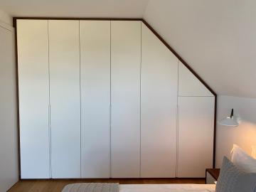 Kleiderschrank weiß lackiert, Grifffräsung, Blenden Nussbaum massiv
