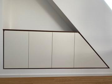 Schlafzimmer Nischenschrank weiß lackiert, Grifffräsung, Blenden Nussbaum massiv
