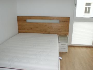 Jugendzimmer, Oberfläche weiß lackiert, Betthaupt in Eiche massiv mit indirekter Beleuchtung