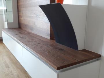 Sockel für Skulptur, Rückwandpaneel und gebogener Stahlplatte